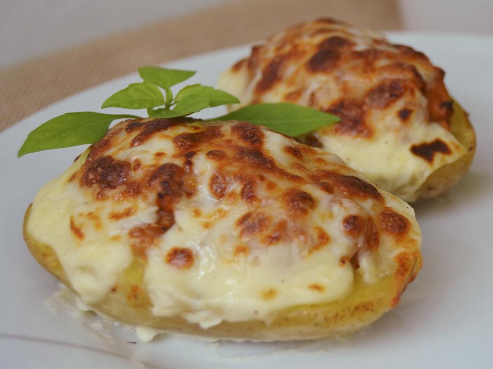 Patatas asadas rellenas de carne y bechamel
